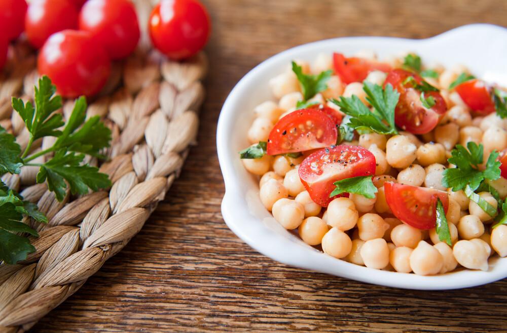 סלט עגבניות וחומוס